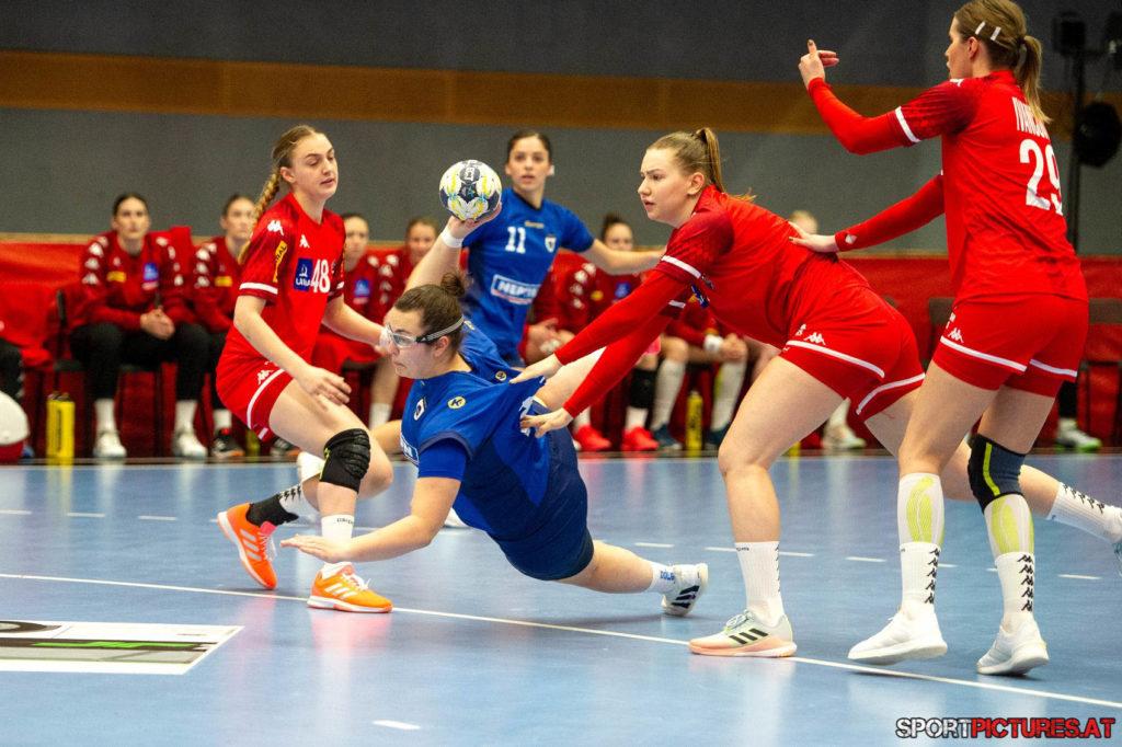 Kosovo - Oesterreich. Bild zeigt Nina Neidhart, Meltem Ylberi, Ines Ivancok